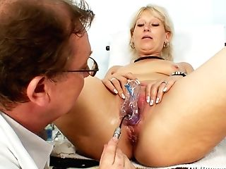 Gaped Cunt Of Bangable Mom Samantha Milky Gets Fucked With Thumbs